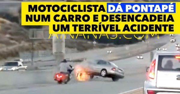 Motociclista dá um pontapé num carro e desencadeia acidente terrível
