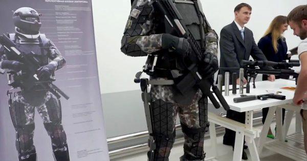 Militares Russos Apresentam FATO DE COMBATE Futurista Carregado de Tecnologia