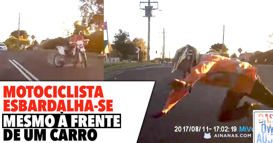 Motociclista esbardalha-se mesmo à frente de um carro