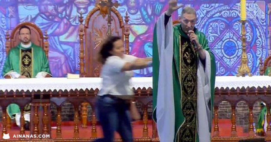 Padre Marcelo Rossi ATACADO durante missa