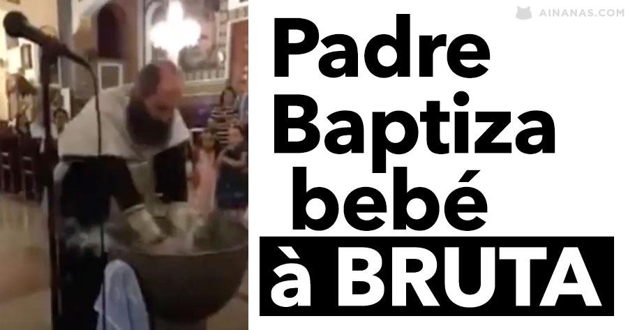 Padre Baptiza Bebé À BRUTA